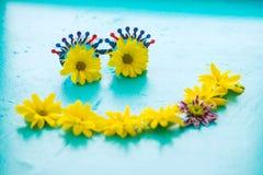 El smiley compuso de las gafas de sol divertidas del carnaval y de las flores coloridas Fotografía de archivo