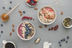 El smoothie delicioso del desayuno de Helthy rueda con las frutas, las bayas y las semillas imágenes de archivo libres de regalías