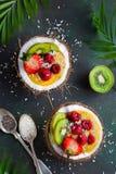 El smoothie delicioso del mango remató con las frutas frescas y las bayas a fotos de archivo