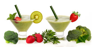 El Smoothie verde sano con la fruta fresca y Vegatables aisló Imagen de archivo libre de regalías