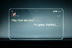 El SMS charla en la tableta transparente con el fondo azul imagen de archivo