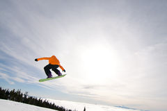 El Snowboarder de sexo masculino coge el aire grande. Foto de archivo libre de regalías