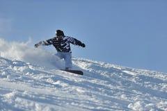 El snowboarder del estilo libre salta y monta Imagenes de archivo