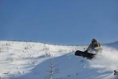 El snowboarder del estilo libre salta y monta Fotos de archivo libres de regalías