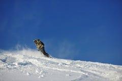 El snowboarder del estilo libre salta y monta Foto de archivo