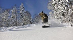 El snowboarder del estilo libre salta y monta Fotografía de archivo