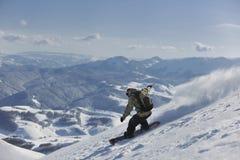 El snowboarder del estilo libre salta y monta Foto de archivo libre de regalías