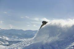El snowboarder del estilo libre salta y monta Imagen de archivo libre de regalías