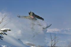 El snowboarder del estilo libre salta y monta Imagen de archivo