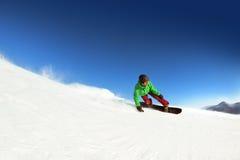 El snowboarder del hombre monta el sheregesh de la cuesta Espacio para el texto Fotografía de archivo libre de regalías