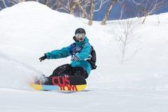 El Snowboarder monta las montañas escarpadas Kamchatka, Extremo Oriente, Rusia Foto de archivo