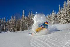 El Snowboarder que hace un lado del dedo del pie talla Imagenes de archivo