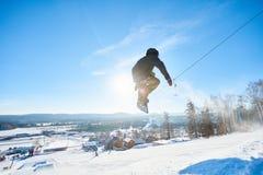 El Snowboarder que salta arriba imagen de archivo libre de regalías