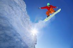 El Snowboarder que salta contra el cielo azul foto de archivo libre de regalías