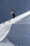 El Snowboarder salta en el parque de la nieve, estación de esquí Imagen de archivo libre de regalías