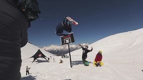 El Snowboarder salta en el trampolín hace voltereta en aire Cesta del baloncesto Dom almacen de video