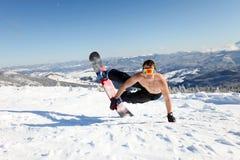 El Snowboarder salta para arriba en la tapa de la montaña Fotografía de archivo libre de regalías