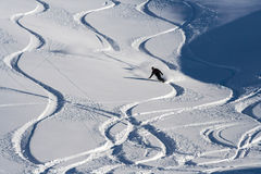 El Snowboarder va abajo en nieve del polvo Imagen de archivo