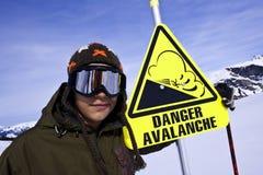El Snowboarder y el peligro firman adentro la estación del esquí Fotos de archivo libres de regalías