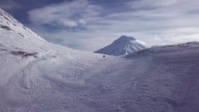 El Snowmobiling cerca del volcán blanco en Kacmhatka almacen de metraje de vídeo