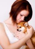 El Snuggling con el perrito Foto de archivo libre de regalías