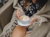 El soñar despierto en un descanso para tomar café Un día agradable del otoño en un café con una taza de café Café en una taza bla Imagen de archivo