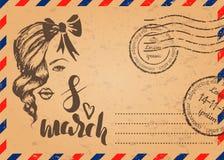 El sobre retro con los sellos y el 8 de marzo dan el bosquejo exhausto, plantilla de la tarjeta para el día del ` s de la mujer Foto de archivo