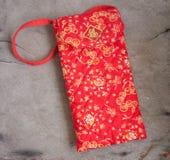 El sobre rojo con el paño rojo es suave Foto de archivo