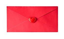 El sobre rojo es sellado por un corazón Imagen de archivo libre de regalías