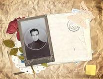 El sobre viejo, foto y seca la flor color de rosa Fotografía de archivo libre de regalías