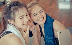 El socio feliz del amigo de la aptitud está tomando el selfie en gimnasio de la aptitud foto de archivo libre de regalías
