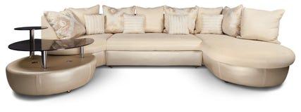 El sofá de la esquina beige conectó con la tabla - aislada imagen de archivo libre de regalías