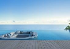 El sofá, la terraza y la piscina en el mar de lujo ven el hotel Imágenes de archivo libres de regalías