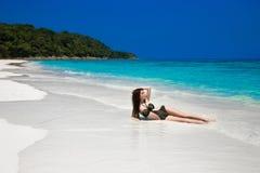El sol atractivo hermoso del modelo de la muchacha del bikini bronceó en la playa tropical O imagenes de archivo