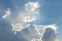 El sol brilla después de las nubes por la tarde Imagenes de archivo