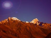 el sol brilla en la montaña en día de verano en el kalpa Himachal Pradesh foto de archivo