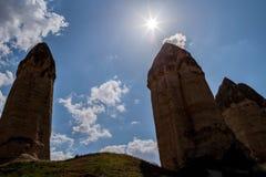 El sol brilla sobre las formaciones de la piedra arenisca en Cappadocia, Turquía Una vista del valle del amor foto de archivo