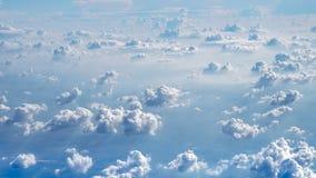 El sol brilla a través de las nubes grandes adentro Fotos de archivo libres de regalías