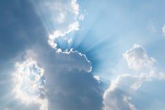 El sol brillante del fondo hermoso brilla a través de las nubes fotos de archivo
