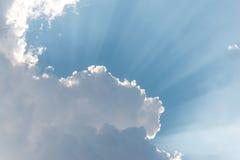 El sol brillante del fondo hermoso brilla a través de las nubes foto de archivo
