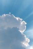 El sol brillante del fondo hermoso brilla a través de las nubes foto de archivo libre de regalías