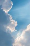 El sol brillante del fondo hermoso brilla a través de las nubes, rayo ligero imagen de archivo libre de regalías