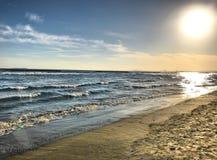 El sol creciente en la playa fotos de archivo libres de regalías