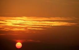 El sol de configuración y el sunglow Fotos de archivo