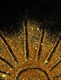 El sol de la chispa de oro del brillo en fondo negro imágenes de archivo libres de regalías
