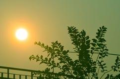 El sol de la ciudad va abajo Imagen de archivo