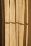 El sol de la mañana brilla a través de las cortinas Imagen de archivo libre de regalías