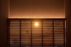 El sol de la mañana brilla a través del enrejado de madera Fotografía de archivo