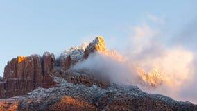 El sol de la mañana comienza a quemar lejos las nubes de tormenta del invierno que permanecen a partir de la noche antes en el Mt foto de archivo libre de regalías