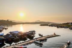 El sol de la mañana en el pueblo del agua Fotografía de archivo libre de regalías
